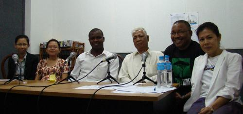 Theary Seng with Dream for Darfur and Tuol Sleng survivor Vann Nath (18 Jan. 2008)