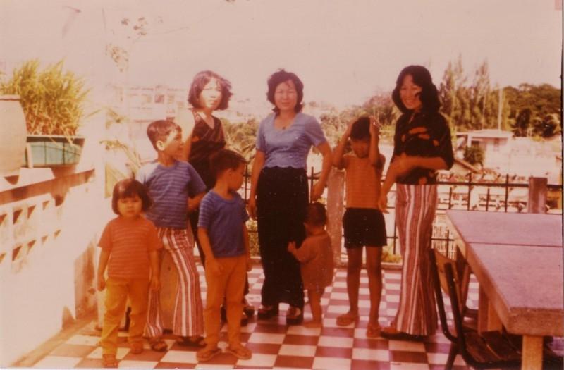familyphotowatkohaptbalconypnh1974withmiengpeat