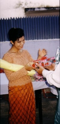 1996photofarewellparty theary receiving gift pnh sept 96